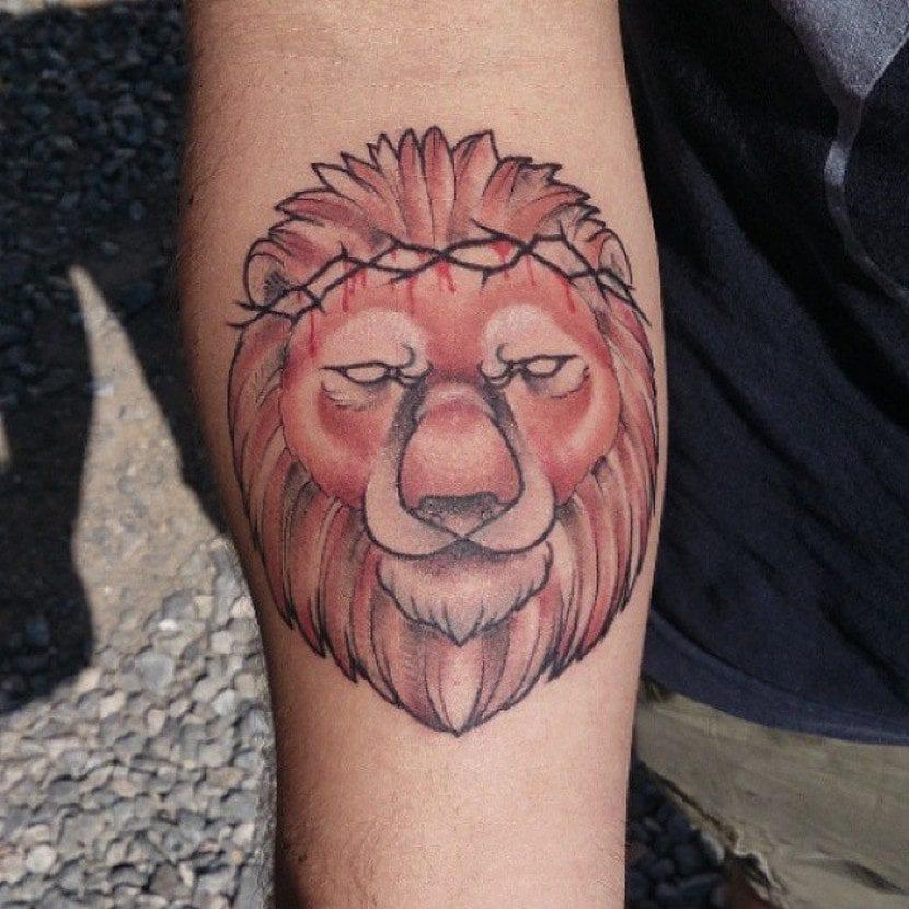 Tatuaje de león con corona de espinas