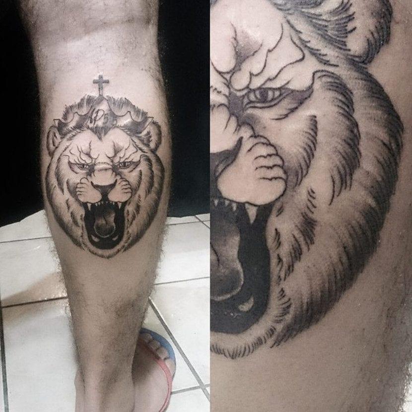 Tatuaje de león con corona rugiendo