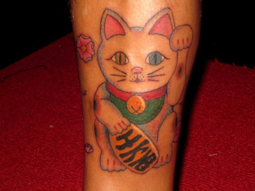 Tatuaje de Maneki-neko en la pierna