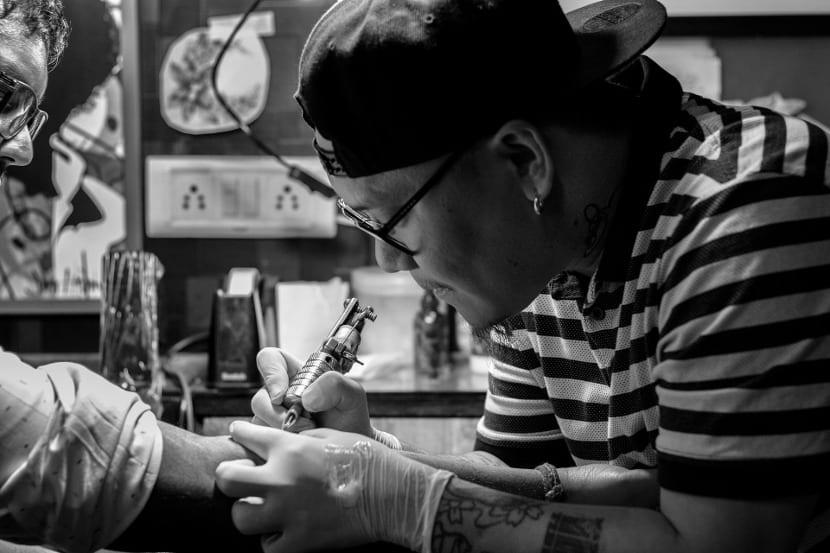 Máquina de tatuar blanco y negro