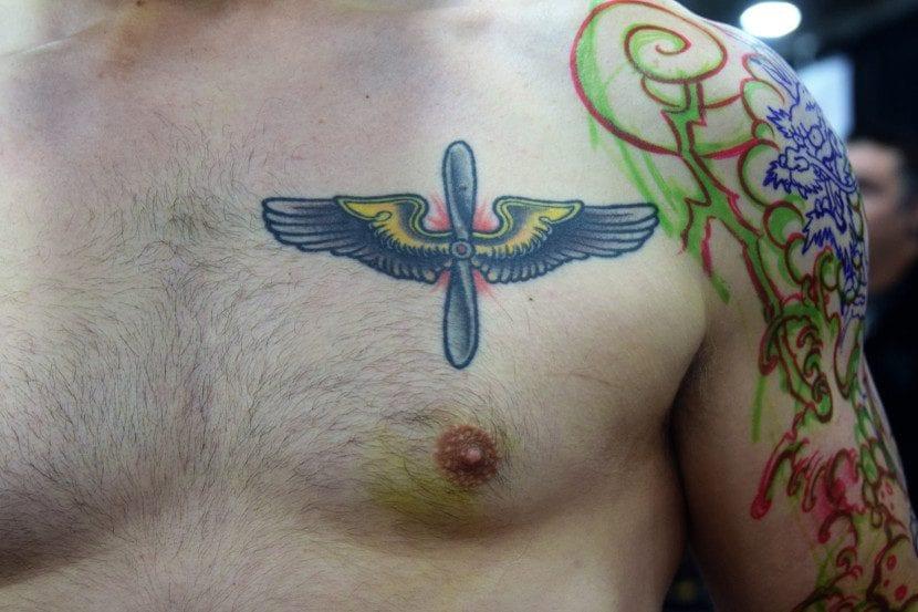 Tatuaje hélice pecho