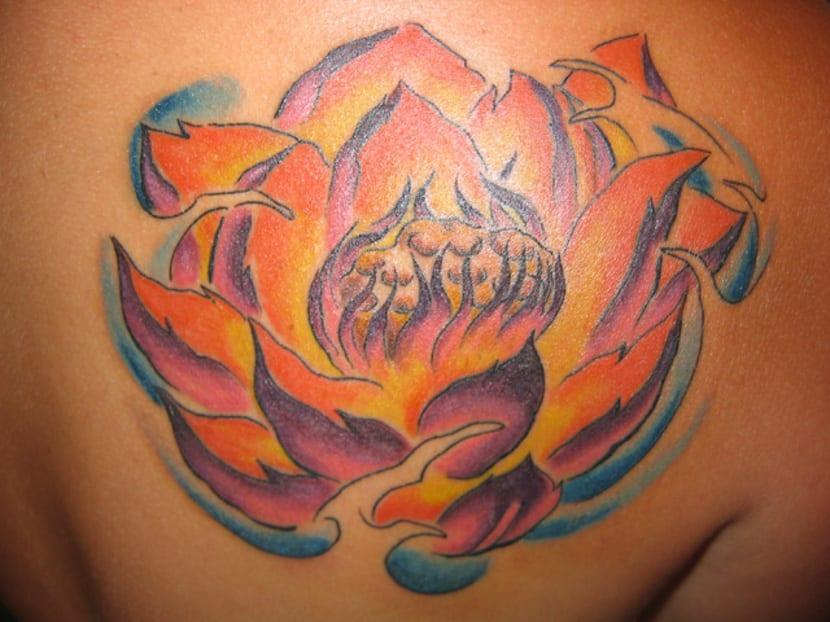 Tatuaje flor de loto rosa y amarilla