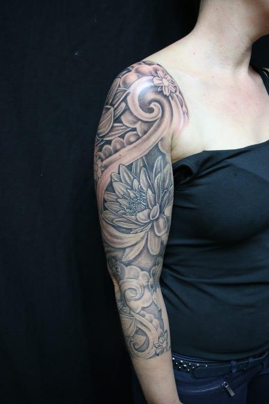 Tatuaje flor de loto brazo