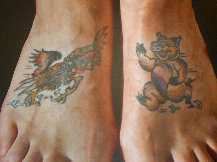 Tatuaje gallo cerdo pies