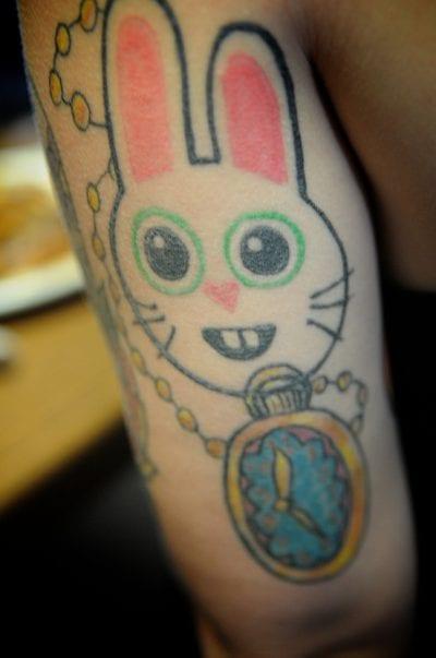 Tatuaje de conejo alicia en el país de las maravillas