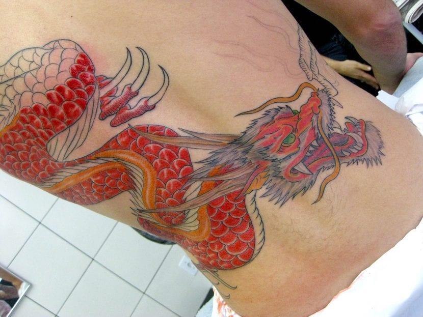 Tatuaje dragón rojo medio terminar