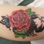 Tatuajes de escorpiones con rosas