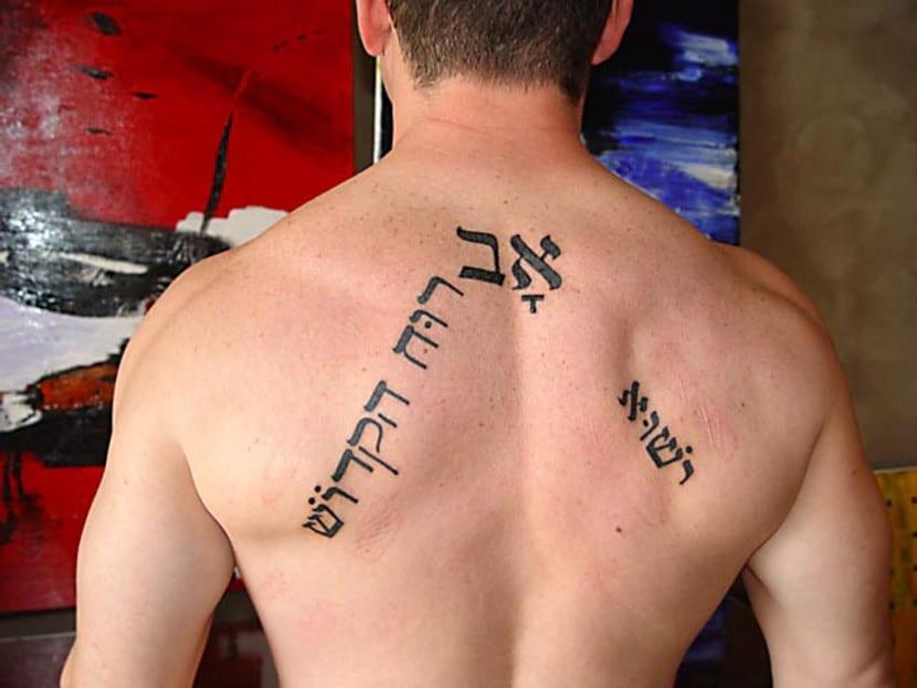 Tatuaje hebreo espalda