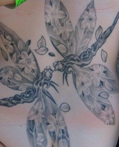 Tatuaje dos libélulas