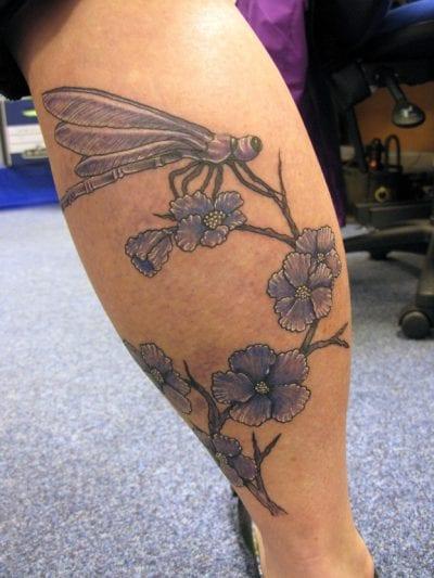 Tatuaje libélula pierna