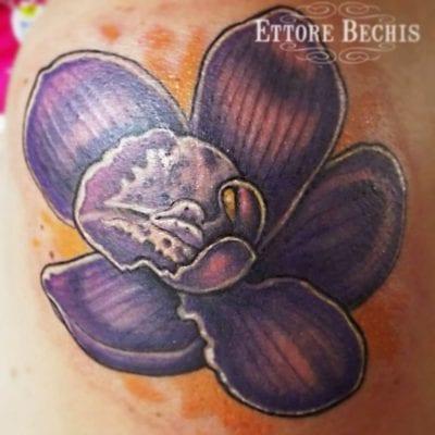 Tatuaje orquídea púrpura