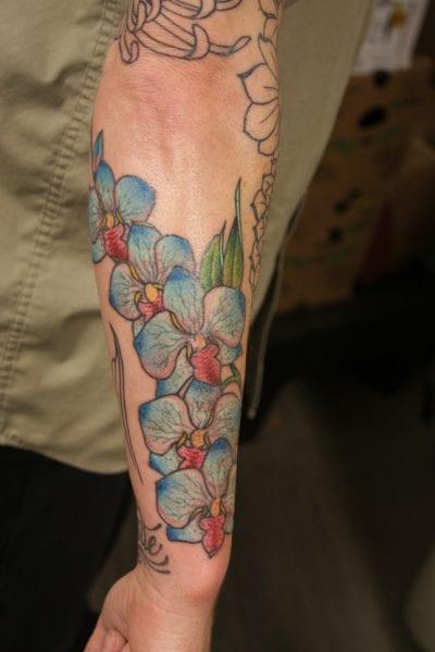 Tatuaje orquídeas brazo