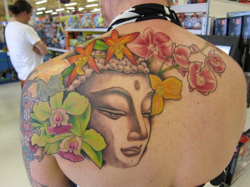 Tatuaje orquídeas espalda