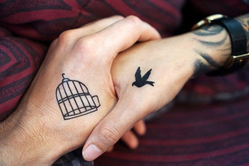 Tatuaje combinado jaula y pájaro
