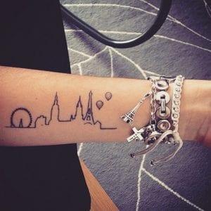 Tatuaje skyline antebrazo