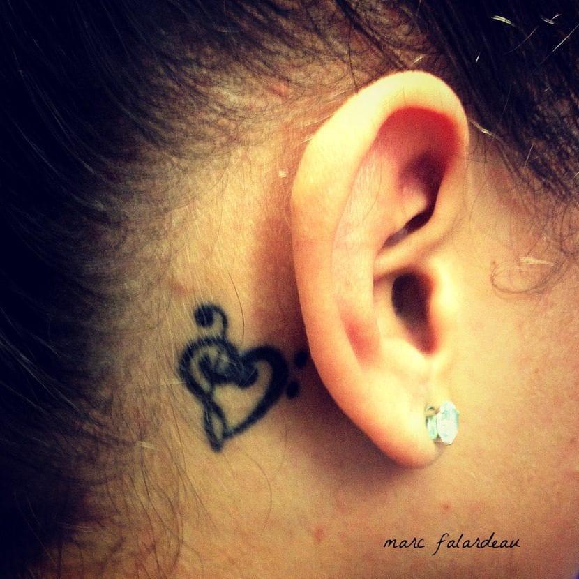 Tatuaje detrás oreja clave sol