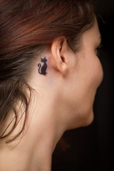 Descubre Los Pros Y Contras De Un Tatuaje Detrás De La Oreja