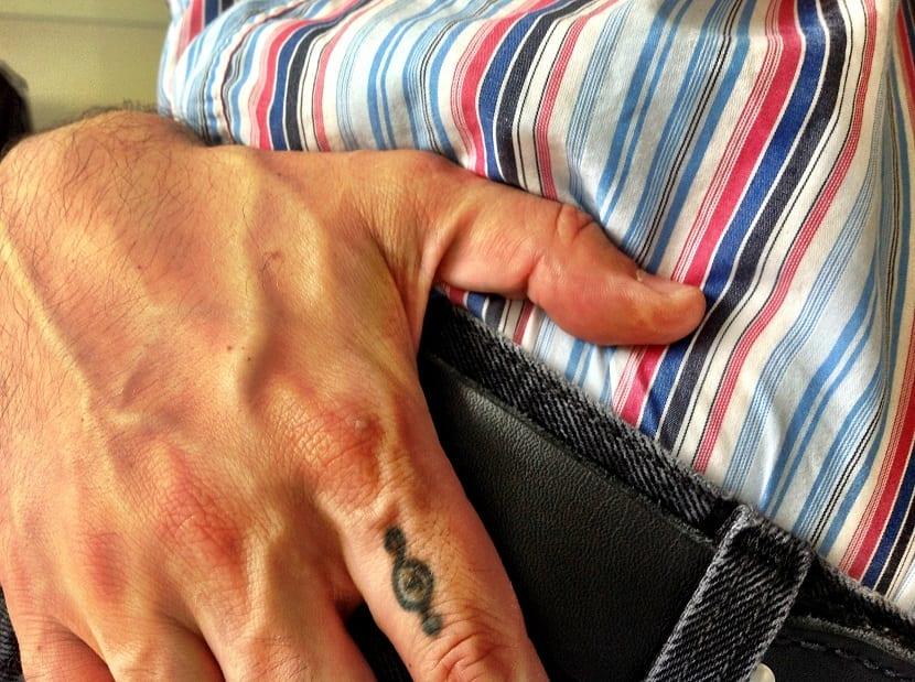 Tatuaje en el dedo sencillo