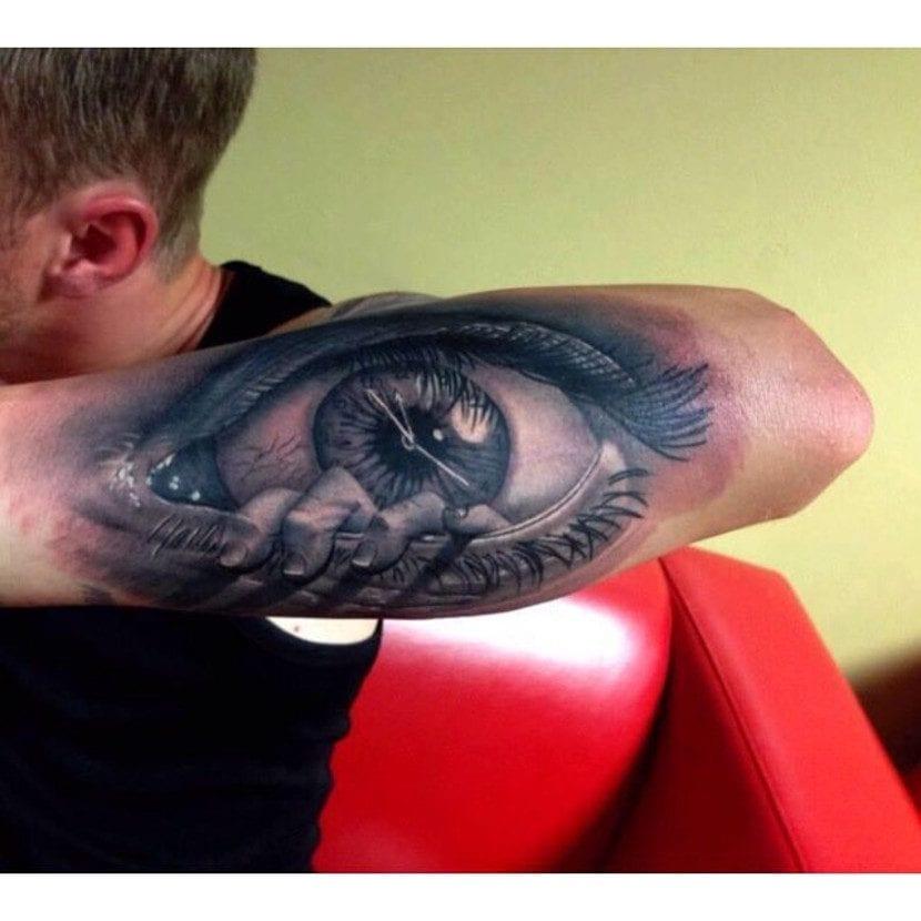 Tatuaje ojo mano