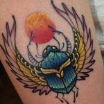 Tatuajes de escarabajos en el brazo