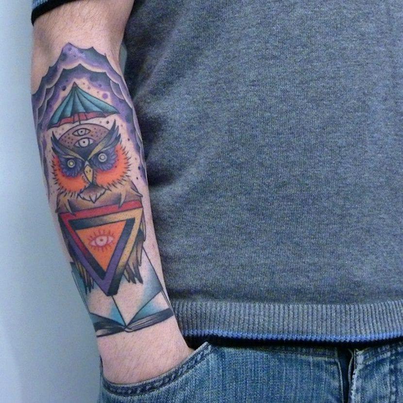 Tatuaje ojo que todo lo ve búho