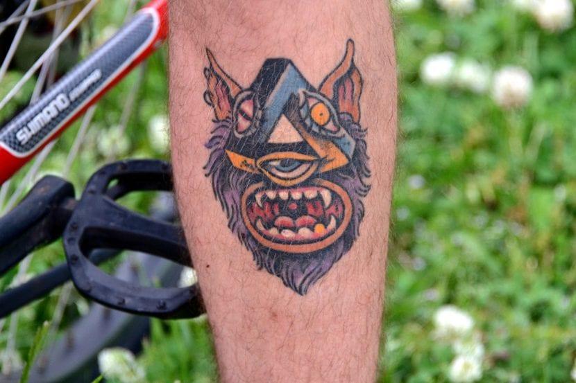 Tatuaje ojo que todo lo ve pierna