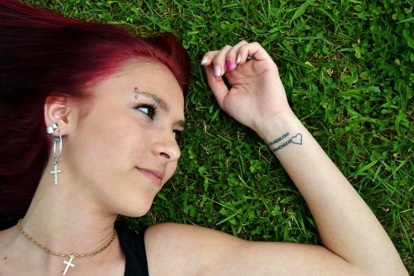 Tatuaje pequeño corazón muñeca