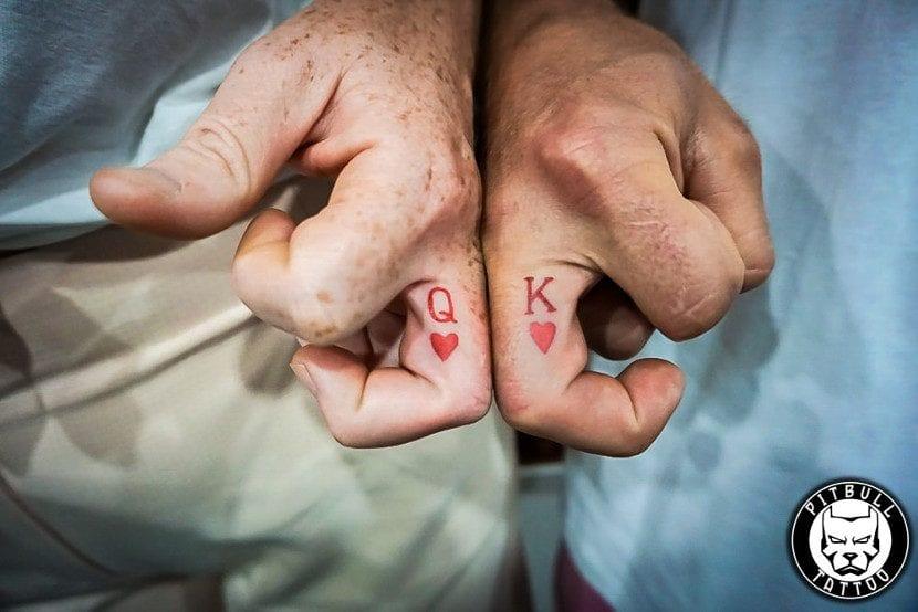 Tatuajes pequeños corazones dedos