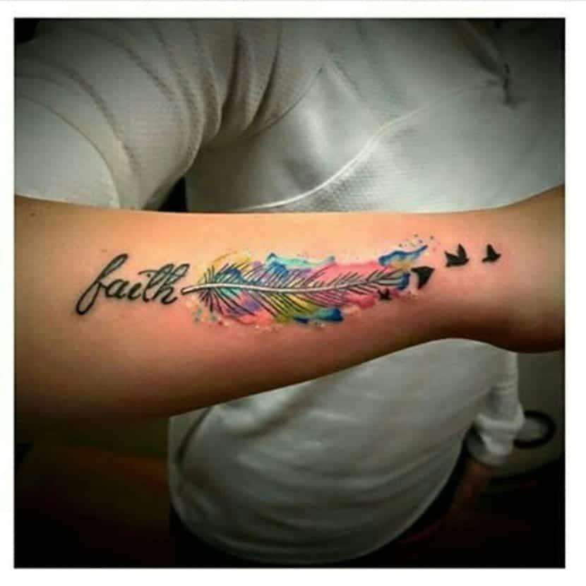 Tatuaje pluma pájaros color