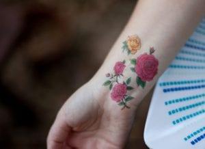 Tatuaje rosas pequeñas muñeca