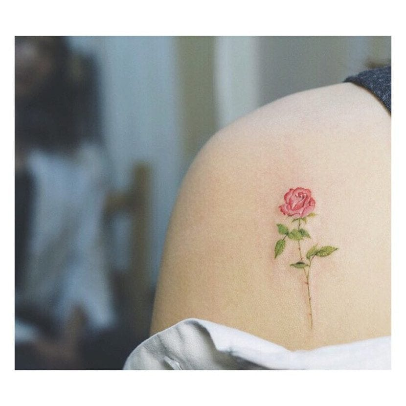 Tatuaje rosa pequeña hombro