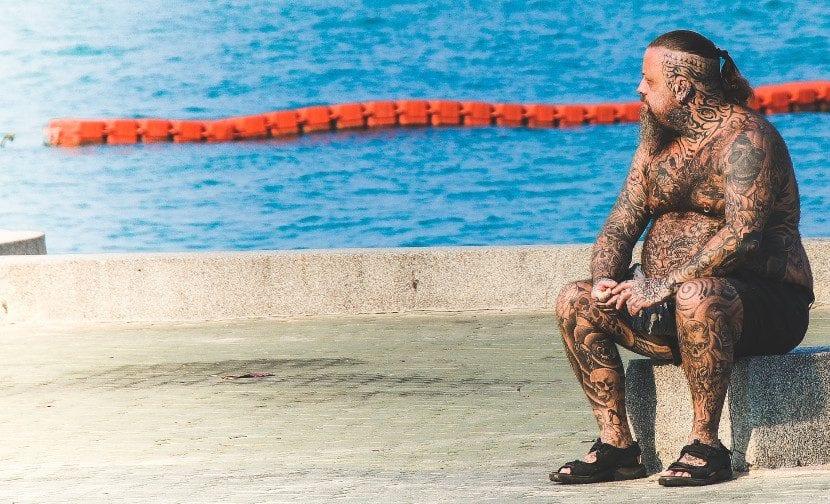 Seños tatuado y piscina