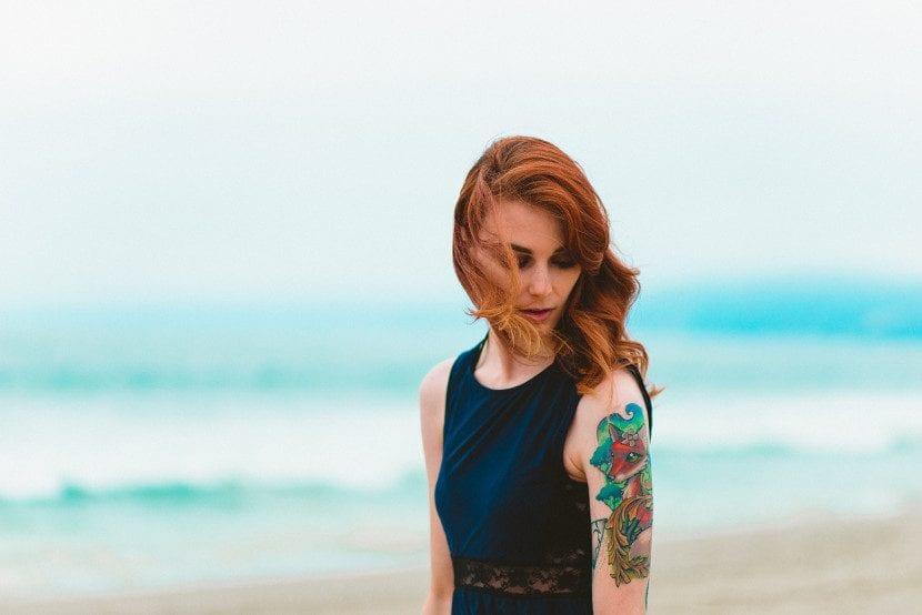 Chica melancólica junto al mar