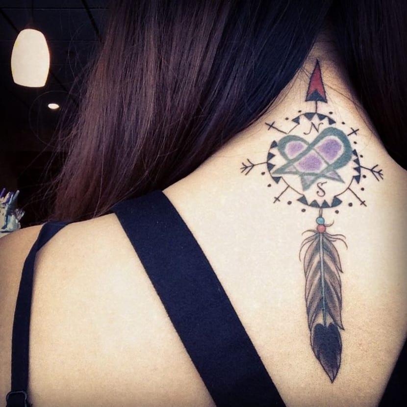 Tatuaje atrapasueños cogote