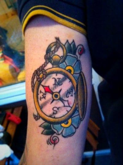 Tatuaje brújula brazo