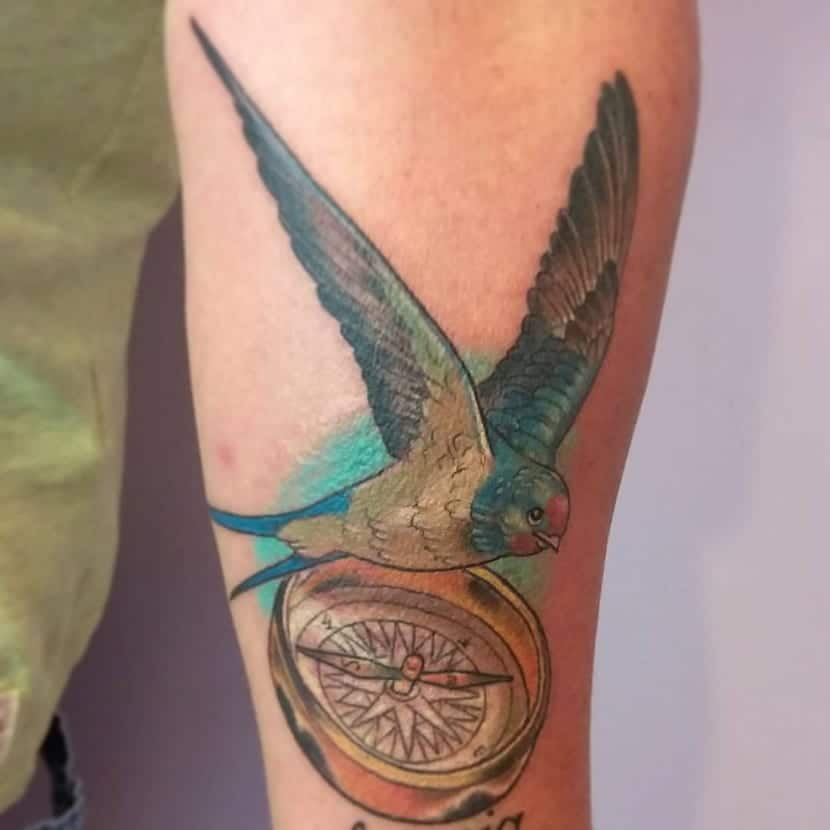 Tatuaje brújula pájaro