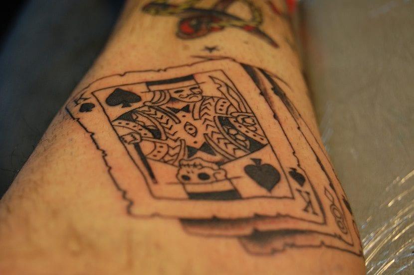 Tatuaje cartas delineado