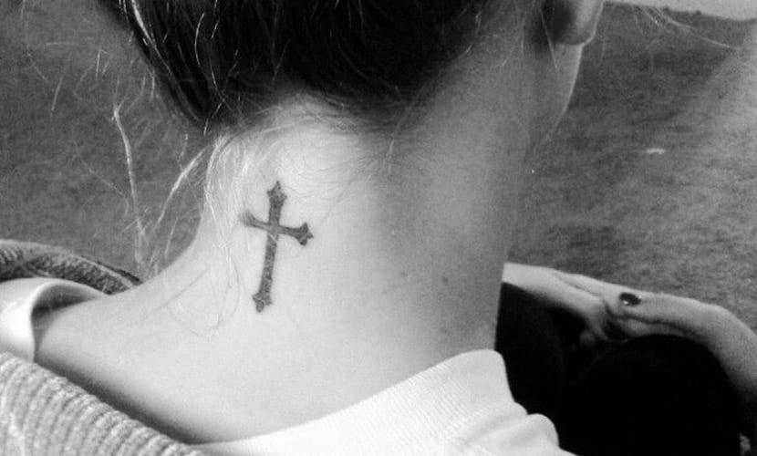 Tatuajes De Cruces En El Cuello Recopilación De Diseños