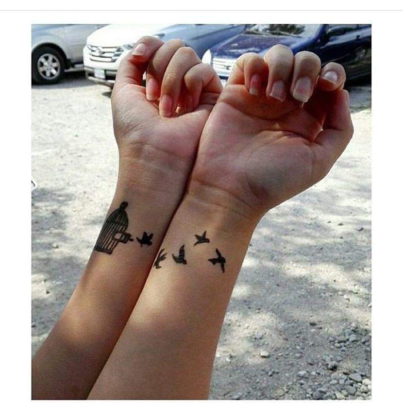 Tatuaje doble jaula pájaros