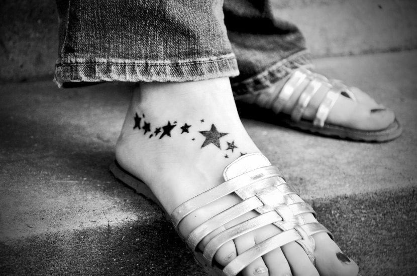 tatuaje estrellas pie