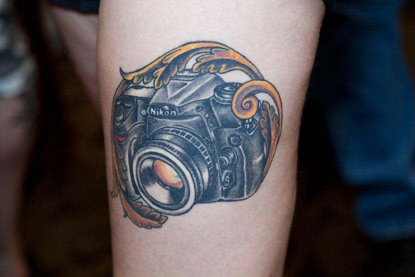 Tatuaje cámara realista