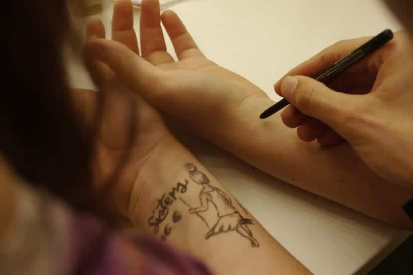 Dijujando tatuaje muñeca