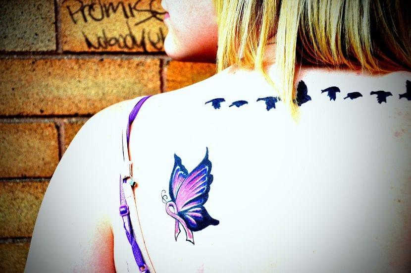 Tatuaje mariposa lila hombro