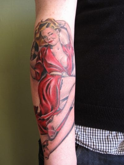 Tatuaje pin-up brazo