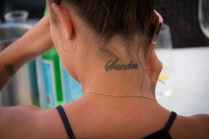 Tatuajes con nombre en cuello