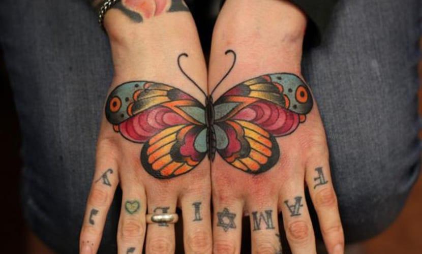 Tatuajes de mariposas en las manos