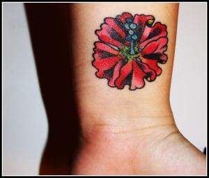 Tatuaje hibiscus rojo