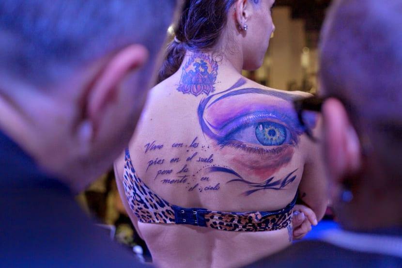 Tatuajes ojos realistas espalda