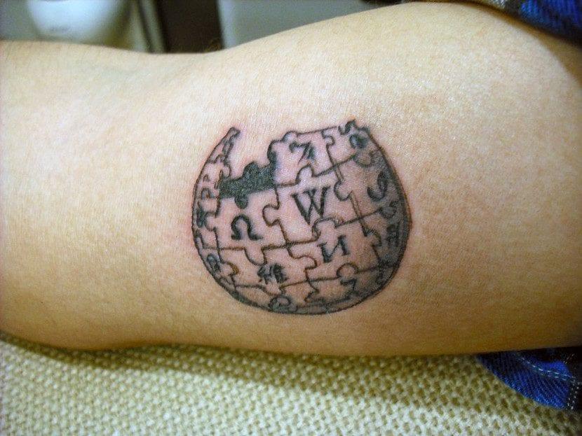 Tatuaje Wikipedia pierna
