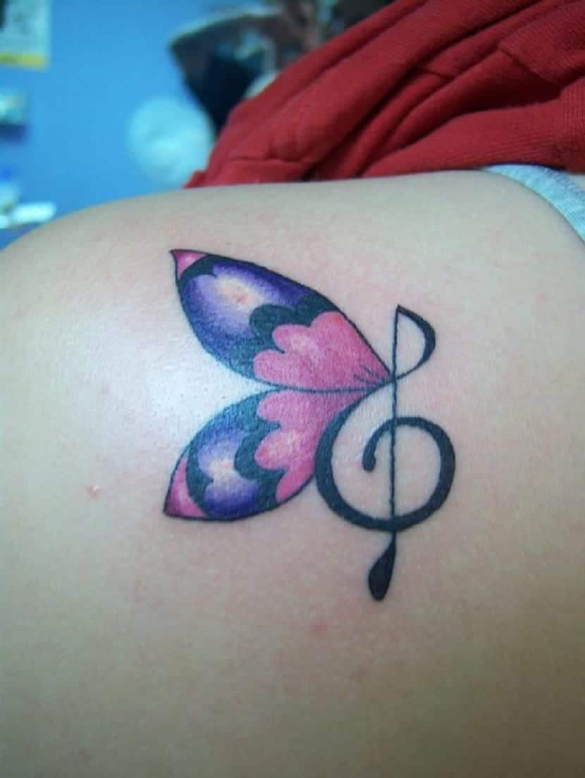 Mariposa tatuada con nota musical